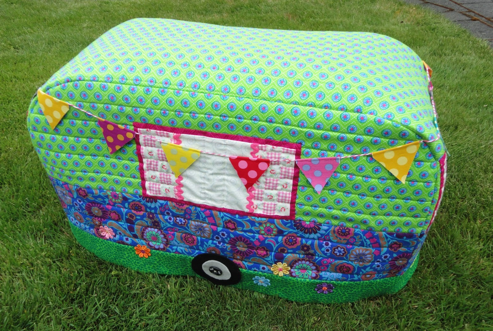 Wendy\'s quilts and more: Caravan Sewing Machine cover