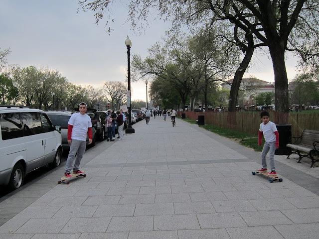 兩個溜滑板的小朋友在我兩側溜過