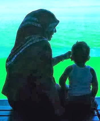 தாயின் மகிமை ( மகளிர் தின வாழ்த்துக்கள் ) Muslim-mother