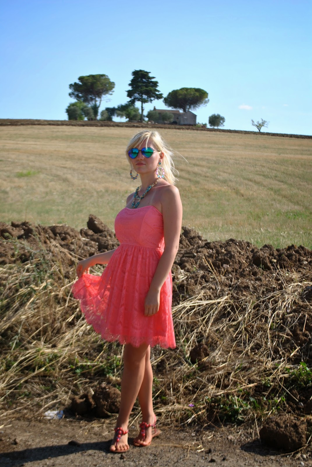 outfit abito in pizzo corallo occhiali a specchio collana majique capelli raccolti outfit abito in pizzo outfit agosto 2014 outfit estivi outit agosto 2014 outfit collana majique fashion blogger italiane fashion blogger bionde fashion blogger milano occhiali lenti a specchio a forma di cuore mariafelicia magno fashion blogger di colorblock by felym