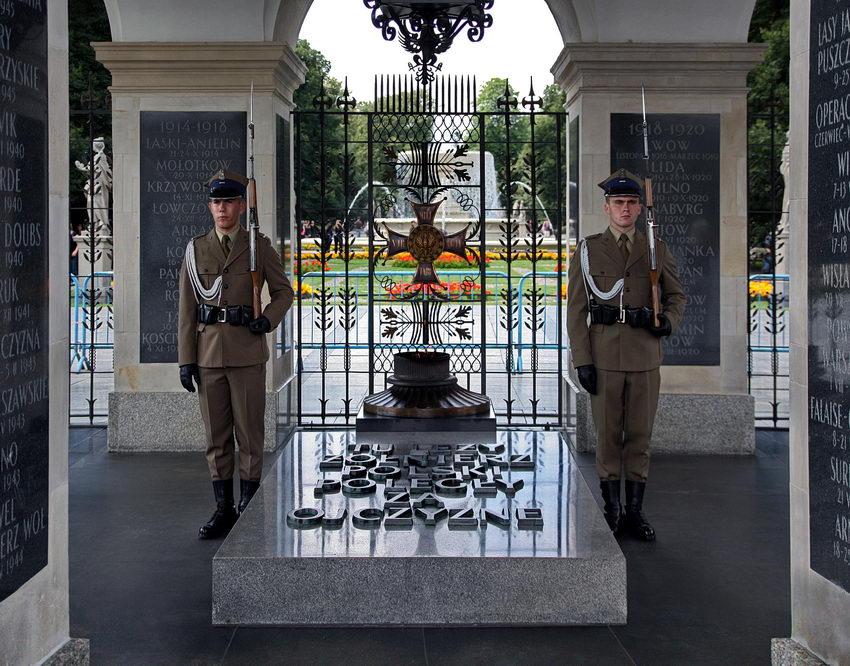 Foto do túmulo na interior do monumento com um soldado de cada lado