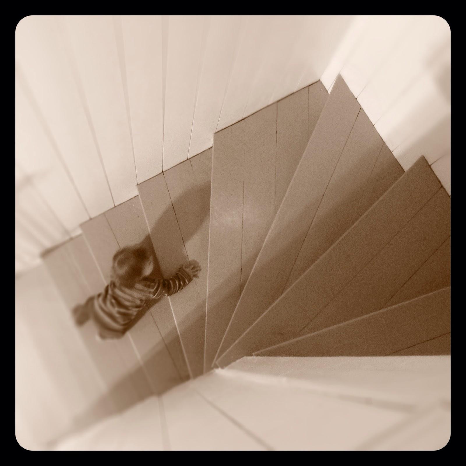 Hemkänsla i vitt & nött: pÄrlspont i trappan