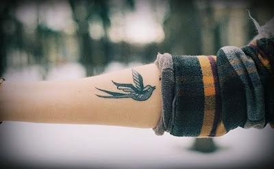 tatuagem passarinho braço
