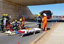 Motociclista cai de viaduto sobre a BR-040 após batida com carro no DF