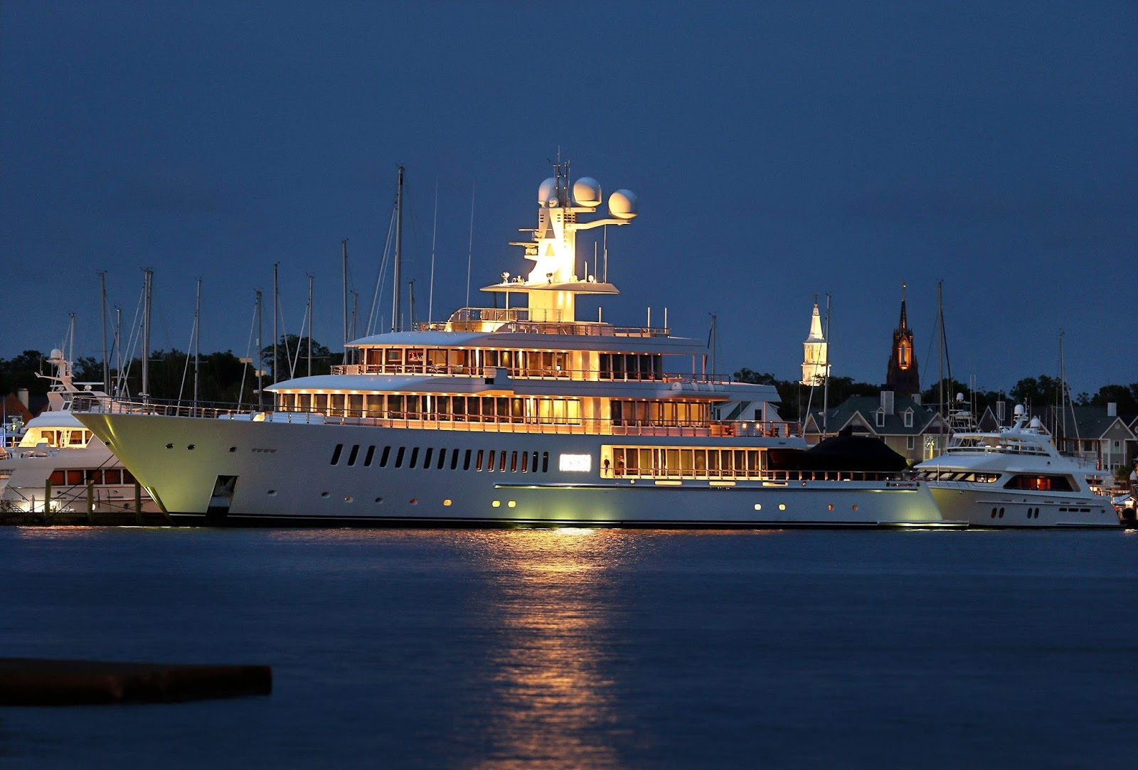 Megayacht FOUNTAINHEAD at Night