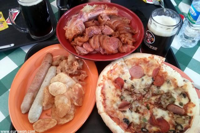 Pizza con salchichas y cerveza negra