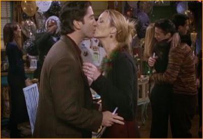 Beso de Noche Vieja entre Ross y Phoebe, en  la serie Friends
