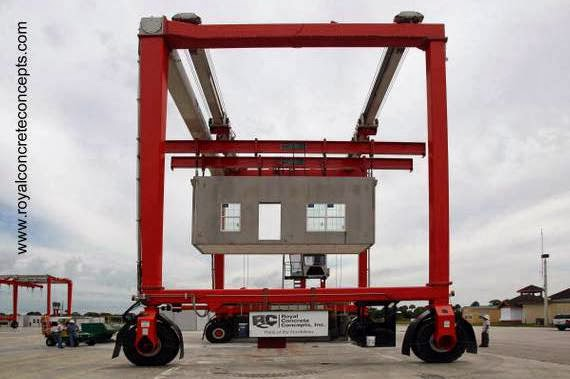 Grúa en una factoría de casas modulares de concreto