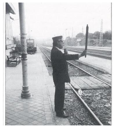 Jefe de Estación dando la ordén de marcha en Torrelodones por el año  1992.