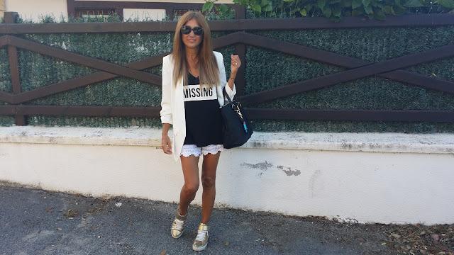 Carmen Hummer Style, Look con blazer crudo, Lace Shorts, Sneakers doradas, gafas 2x+3
