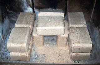 Brykiet RUF z OBI w kominku, gotowy do grzania