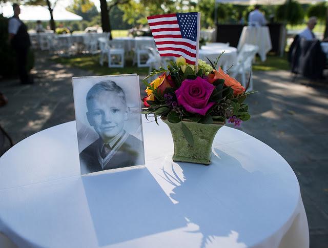 Tấm hình Neil Armstrong khi còn nhỏ được đặt trên bàn trong tang lễ của ông tại quê nhà Ohio. Tác giả : NASA/Bill Ingalls.