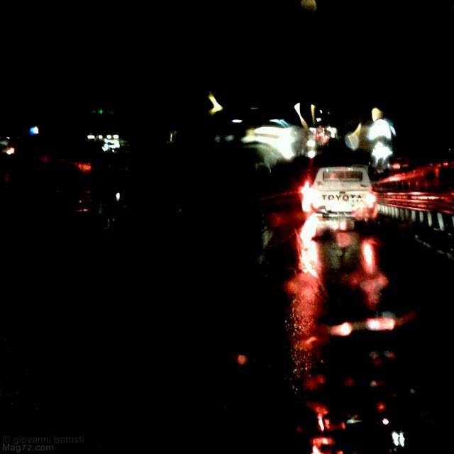 Fotografia notturna di un pick up Toyota bianco