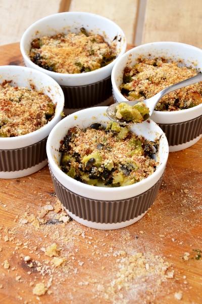 cocottine alle zucchine, olive nere e bottarga