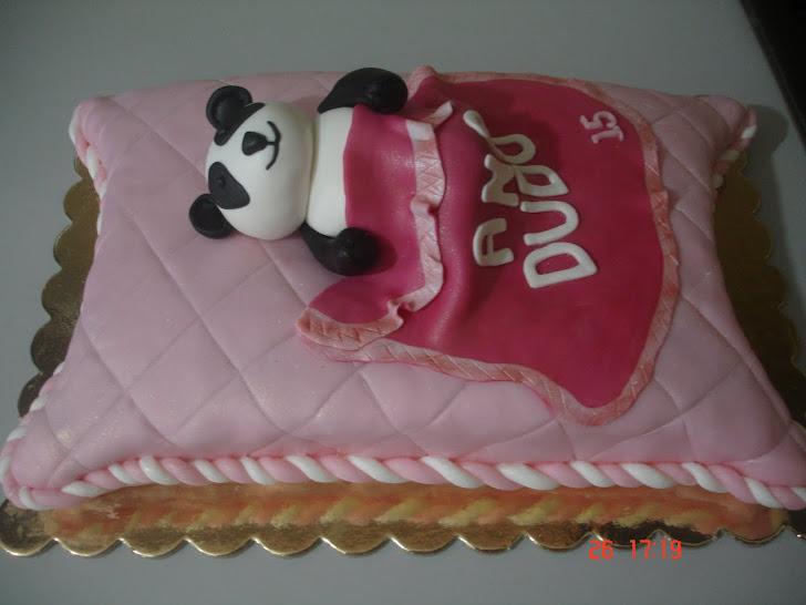Bolo de Aniversário com um Panda sobre uma almofada