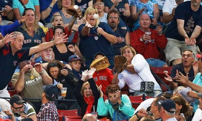 Если вы находитесь на бейсбольном стадионе Бостона, ваши глаза всегда должны быть прикованы к мячу.