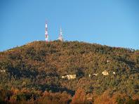 Les antenes del Castellar des de sota la línia elèctrica del Camí de les Roquetes