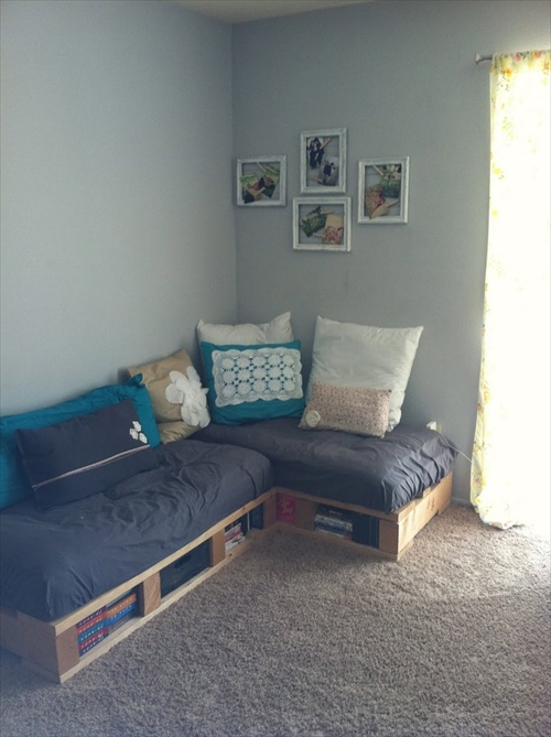 Diy pallet couch attractive addition for living room for Pallet living room couch