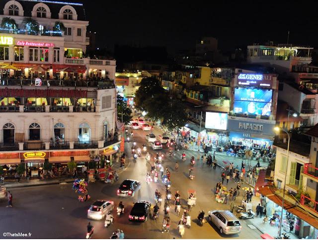 Place du lac trafic motos voitures 2 roues rooftop city view Hanoi Vietnam