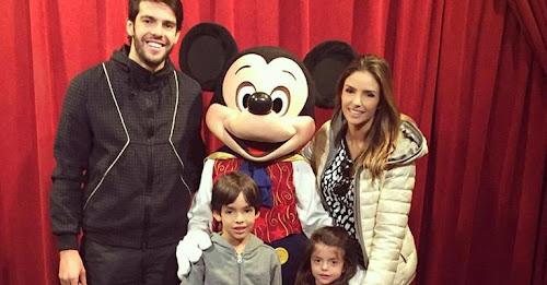 Kaká, Carol Celico e os filho posam com o Mickey na Disney