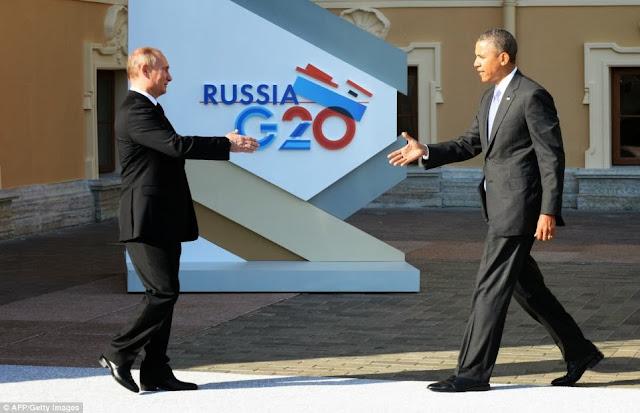 Il presidente russo Vladimir Putin accoglie quello americano Barack Obama a San Pietroburgo per l'inizio dei lavori del G20