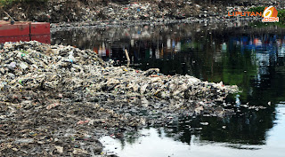 Pascabanjir Warga Tetap Saja Buang Sampah ke Waduk Pluit