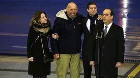 l'ex-otage Serge Lazarevic, sourire aux lèvres, à son arrivée