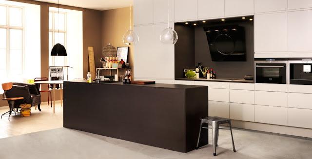 cocina-blanca-con-pared-oscura