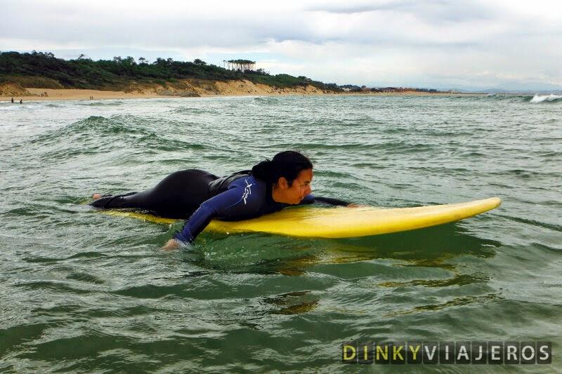 Clase de surf en Loredo (Cantabria). Alicia preparada para coger olas