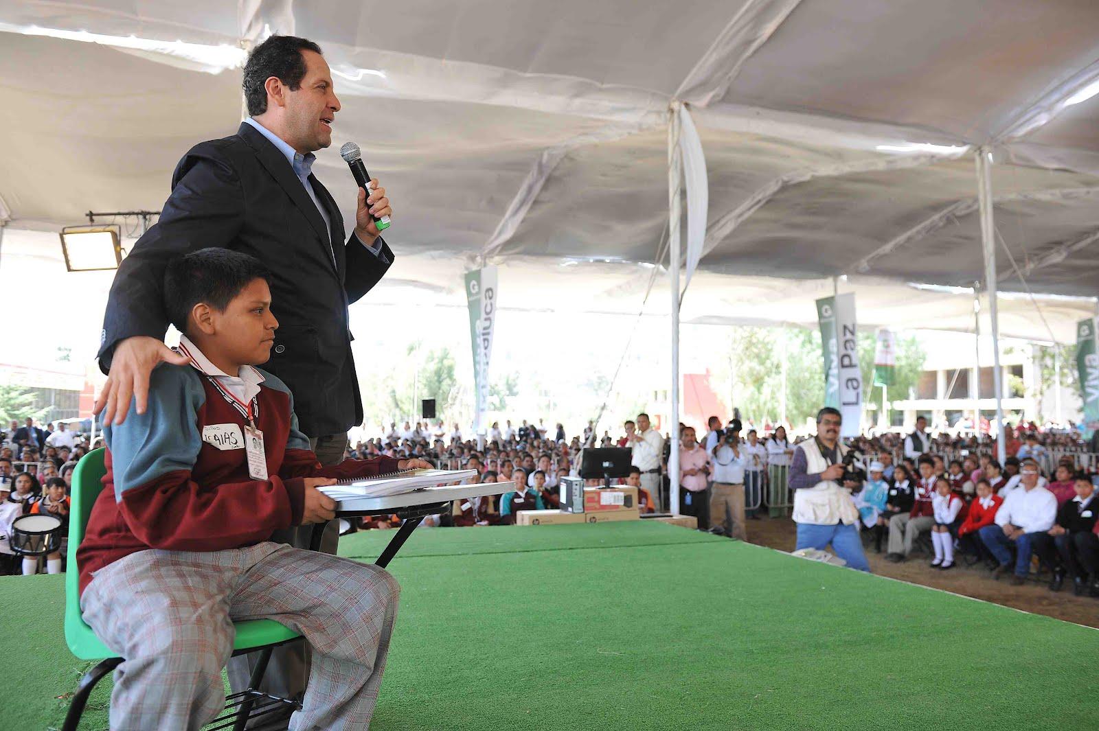 Cronista de toluca eruviel vila entrega pupitres for Sillas escolares para zurdos