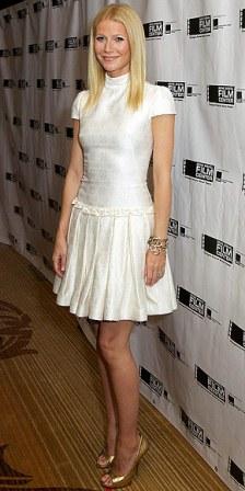 Vestido blanco y zapatos dorados