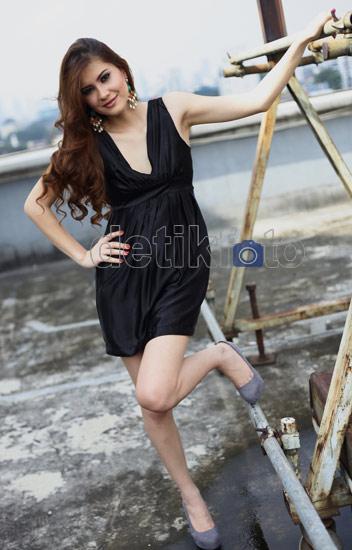 foto tata sivek seksi dengan dress hitam diposkan oleh foto gambar