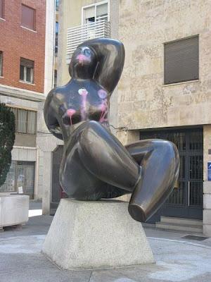 Estatua con pintadas