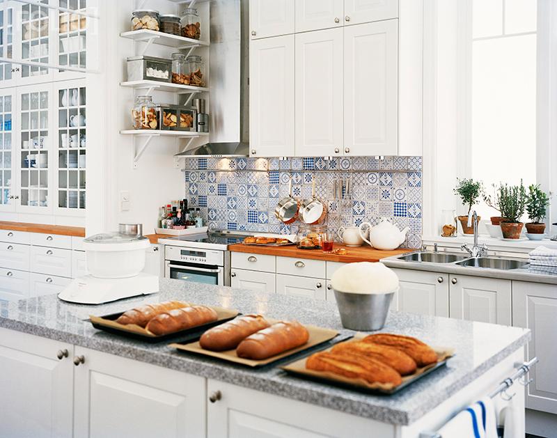 Una cocina blanca y azul white and blue kitchen desde - Cocina blanca y azul ...