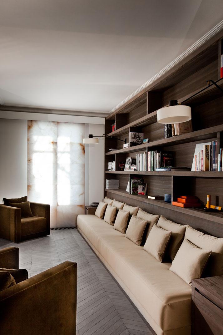 Bibliothek mit Sofa und Sessel