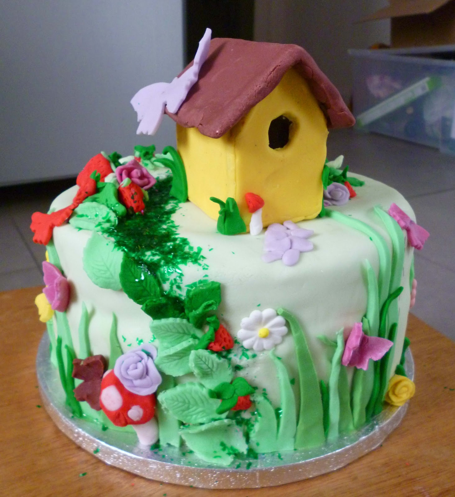 Paper hat parties fairy garden cake for Fairy cakes