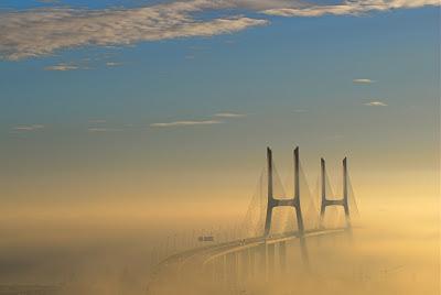 أجمل وأفضل صور, أجمل الصور الطبيعية, جسر فاسكو دي جاما في لشبونة في البرتغال مندمجاً مع السديم,