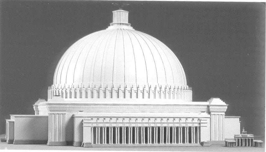 Hitler, un fanático del poder, no podía ser ajeno al simbolismo de la arquitectura clásica. Su arquitecto de cabecera, Albert Speer, diseñó para reedificar