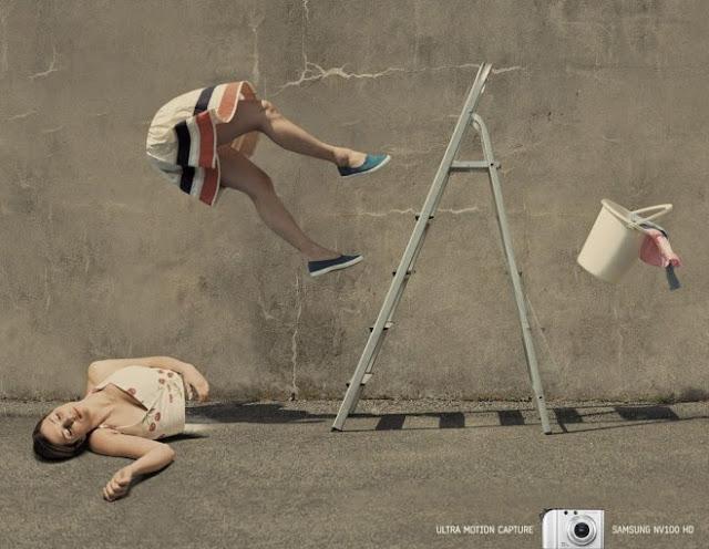 Cámara fotográfica samsung mujer cayendo de escalera