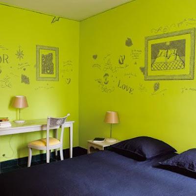 Dormitorio de color verde con dibujos en las paredes - Habitaciones de color verde ...