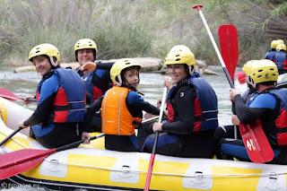 Los Viajes de Héctor al completo haciendo rafting en Albacete.
