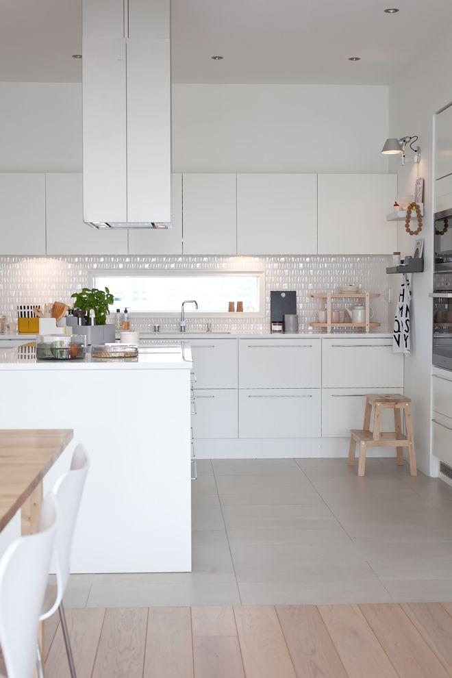 Cucine bianche e minimali top 10 la tazzina blu for Piastrelle piccole per cucina