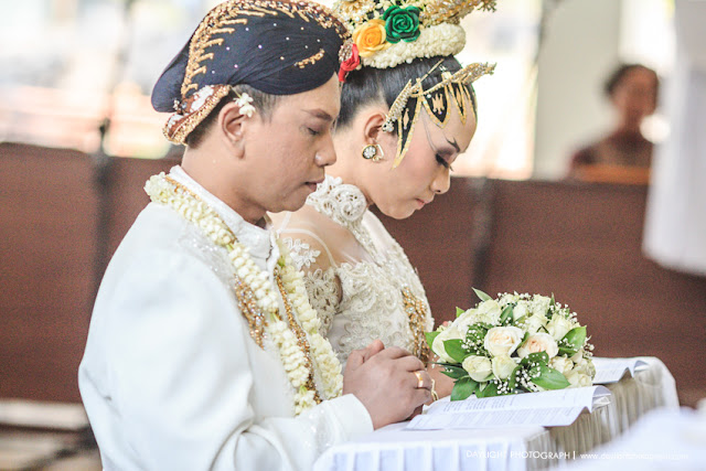 foto pernikahan tradisional jawa katholik pada saat misa perkawinan