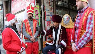 Σε παράκρουση φανατικοί ισλαμιστές στην Τουρκία με τον Χριστιανισμό: Ντύθηκαν γενίτσαροι και πέρασαν από δίκη τον... Άγιο Βασίλη! [BINTEO]