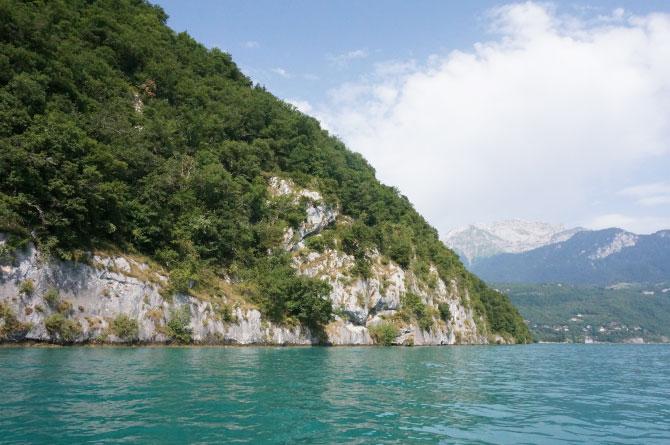 Falaises rocheuses sur le lac d'Annecy