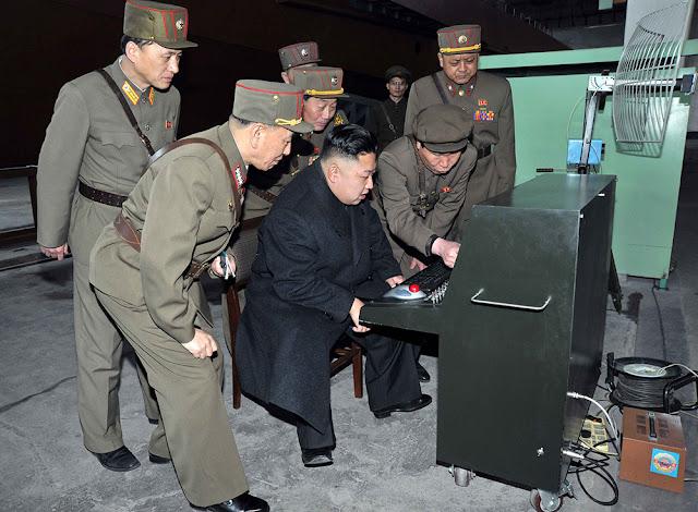 Kim Jong-un mentre osserva la tecnologia in dotazione all'Esercito popolare