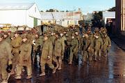 Una linea de Soldados Argentinos prisioneros marcha atraves de Puerto . pstanley