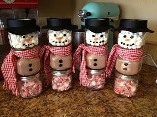 Lembrancinha de natal - bonecos de neve feito com potinhos de vidro  e cheios de guloseimas