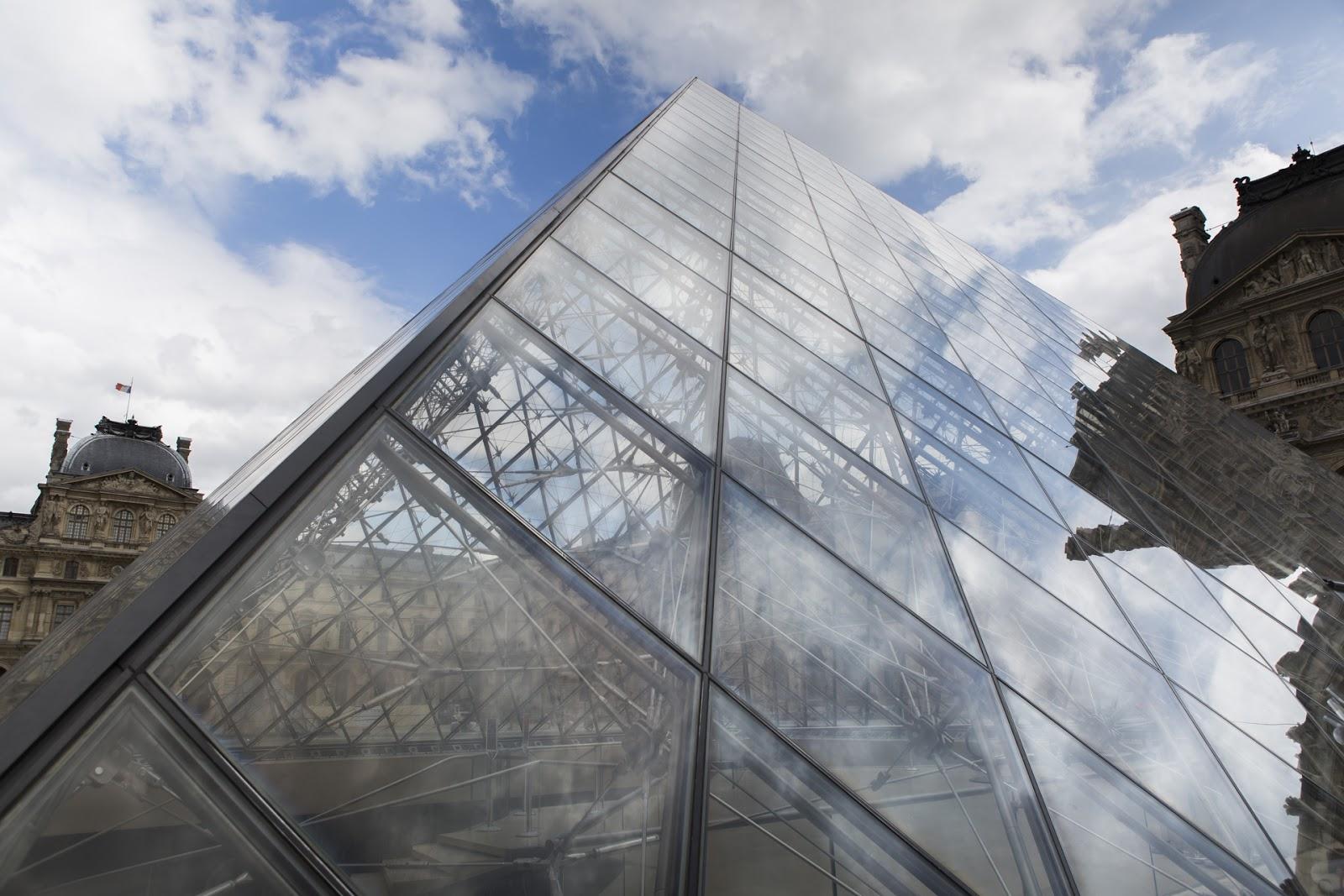 Pyramide du Louvre ciel bleu Paris