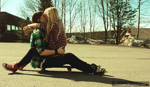 Парни целуют девушек блондинок фото